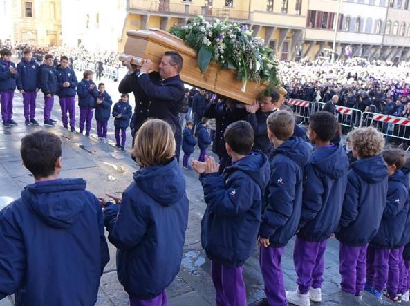 L'entrata del feretro nella basilica di Santa Croce a Firenze (Fotogramma)