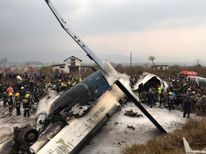 Nepal: aereo  si schianta in aeroporto, almeno 38 morti L'aereo in fiamme  Le immagini