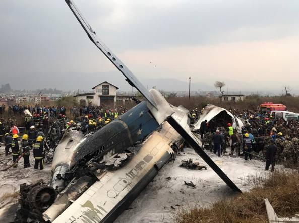 Si schianta aereo in Nepal: almeno 50 morti, ci sono superstiti Foto