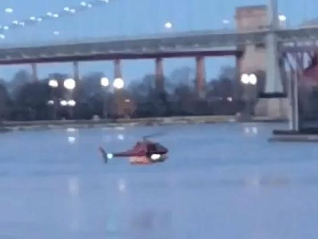 Elicottero turistico   cade nell'East River  a New York: due morti e tre feriti gravi  Così è precipitato:  video|foto