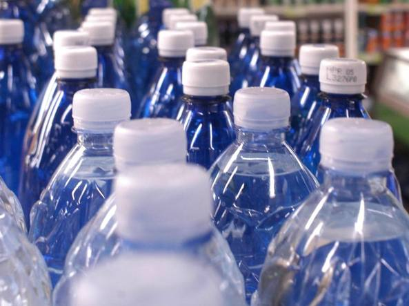 Sì, quando beviamo dalla bottiglietta ci beviamo anche la plastica