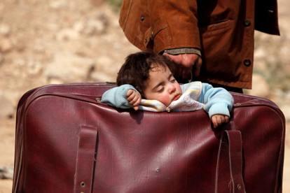 Risultati immagini per bambino siriano nella valigia immagini