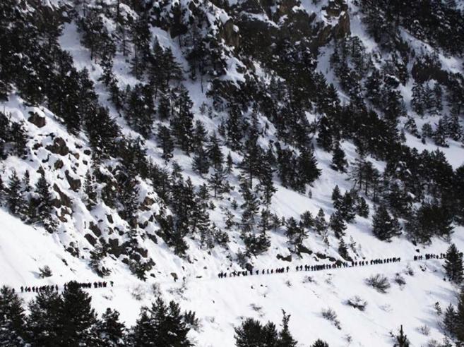 Salva migrante incinta in mezzo alla neve Guida alpina franc