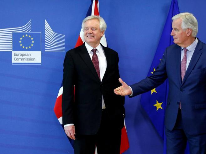 Brexit, l'annuncio della Ue:  «C'è il testo dell'accordo, ma resta il nodo Irlanda» video
