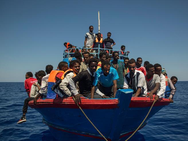 Navi nel Mediterraneo e migranti nella neve: quali sono i confini giuridici della solidarietà?