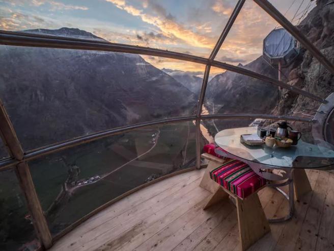 Dormire nella capsula di vetro a strapiombo sulla Valle Sacra