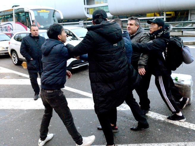 Malpensa, rissa    tra autisti Ncc e cinesi di «Risciò» Foto|Video