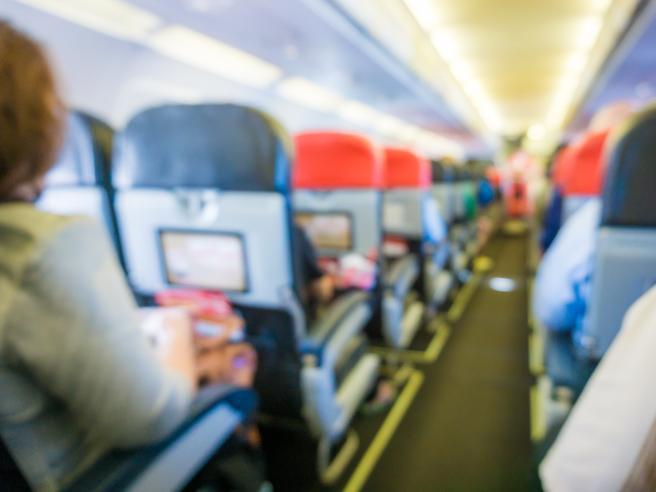Influenza, quanto si rischia (davvero) di prenderla a bordo di un aereo?