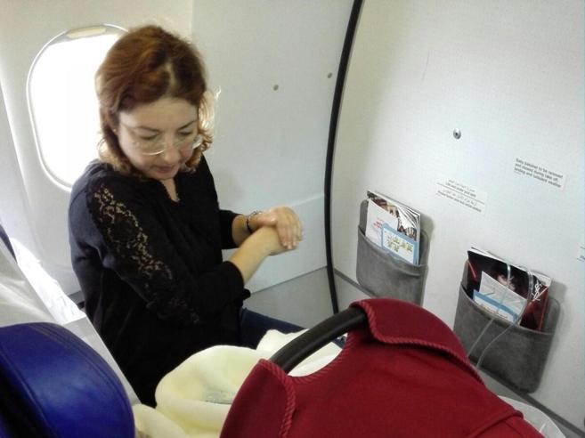 Amina, la neonata malata di cuore salvata da pilota e passeggeri foto