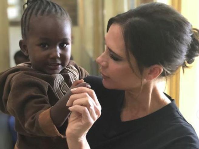 Dalla moda all'impegno umanitario: Victoria Beckham vola in Kenya