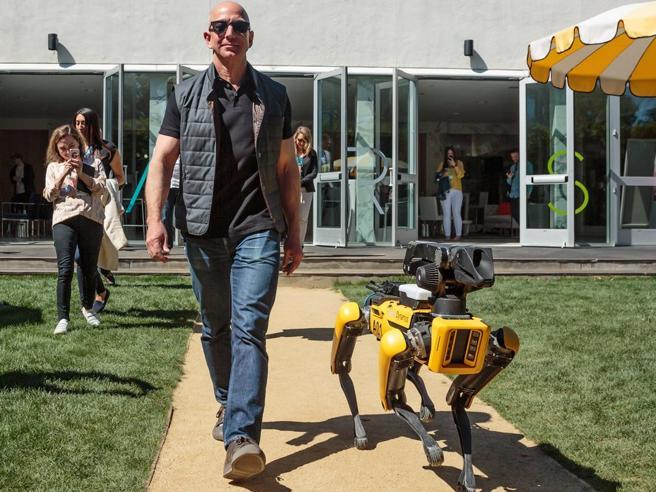Bezos a spasso con il cane-robot: la foto di un «tranquillo» futuro pervaso dalla tecnologia