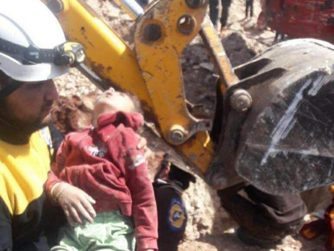 Siria, bombe sui bambini: «Colpiti mentre fuggivano dalla scuola»