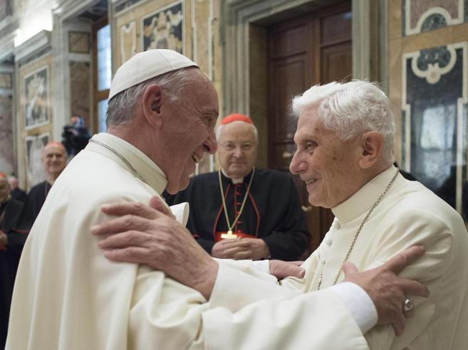 La lettera «corretta» a papa Ratzinger: scossone in Vaticano, si dimette Viganò