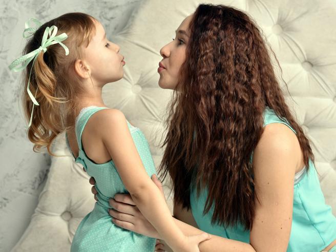Baci sulla bocca ai figli: semplice gesto di affetto o errore da evitare?