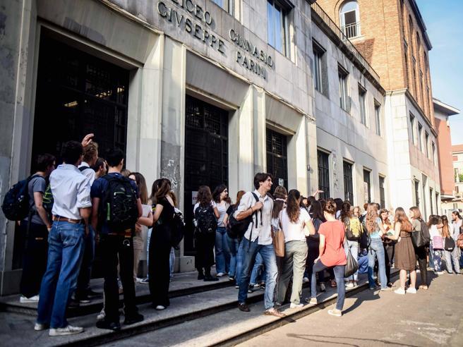 Marijuana in gita  scolastica tra i 15enni del liceo milanese Parini I prof li denunciano