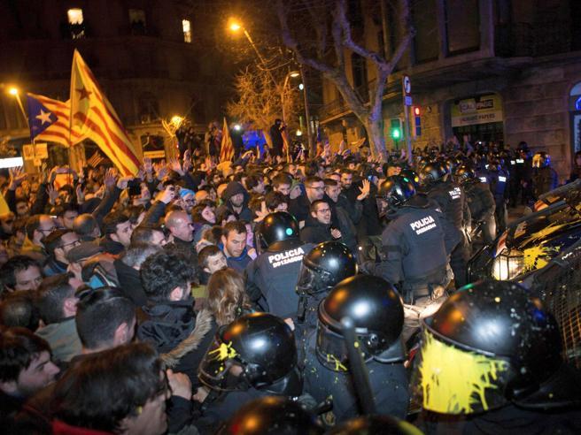 Catalogna, mandato d'arresto per i leader: riesplode la protesta|Migliaia in piazza