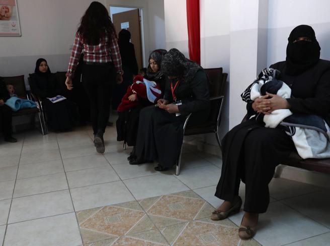 Torino, respinta incinta al confine migrante muore dopo part