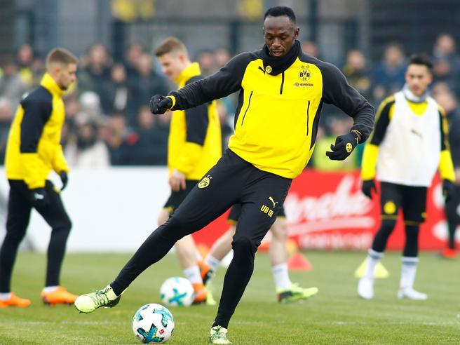 Bolt si allena con i giocatori del Borussia Dortmund
