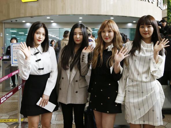 Pyongyang, Kim e la moglie al concerto pop degli artisti sudcoreani