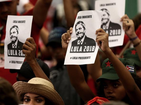 Lula attende l'arresto acclamato dai suoi sostenitori