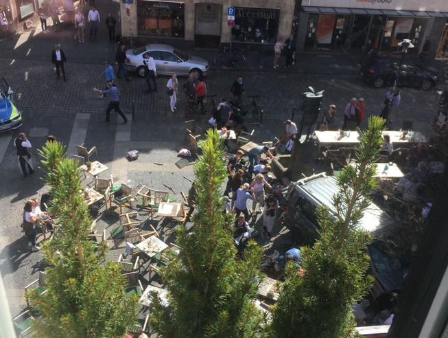 Terrore in Germania, furgone piomba sulla folla a Munster: tre morti Il gesto di un folle: Jens R era in cura