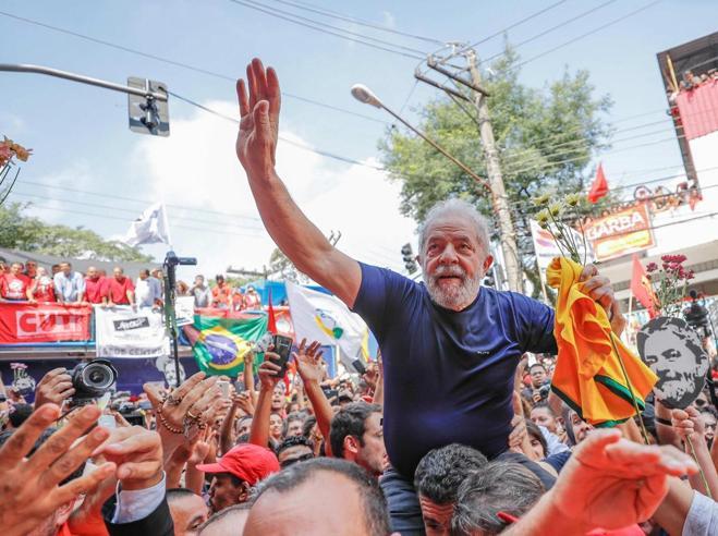 Brasile, Lula si consegna alla polizia: «Io innocente»|Video