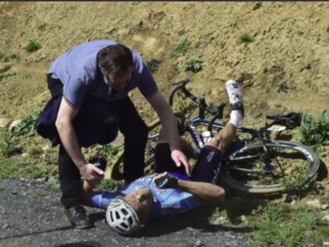 Paura alla Parigi-Roubaix, arresto cardiaco in gara per il belga Goolaerts | Il video