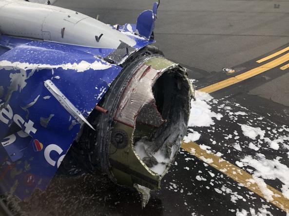 Motore in fiamme su un volo 'Southwest', atterraggio d'emergenza, c'è una vittima