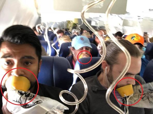Il selfie di Marty Martinez durante la discesa di emergenza del volo Southwest lui e almeno altri due passeggeri indossano la maschera nel modo errato