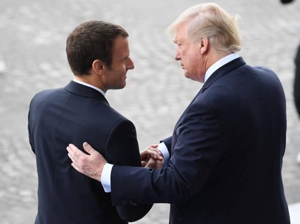 Trump spazzola la giacca di Macron: