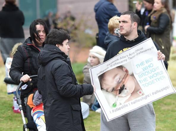 Manifestazione di fronte all'ospedale Alder Hey di Liverpool