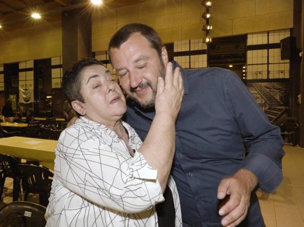 Fantocci 'anti Salvini' con svastica nel napoletano. Il leader della Lega: