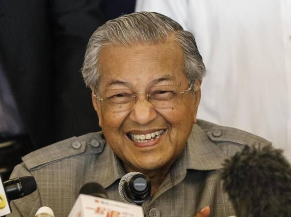 Malaysia, vittoria a sorpresa dell'opposizione: investitura per premier 92enne
