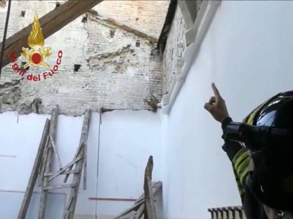 Crolla il tetto alla scuola Montani: tanti danni, nessun ferito