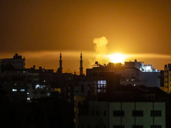 Raid aerei di Israele contro basi militari Hamas