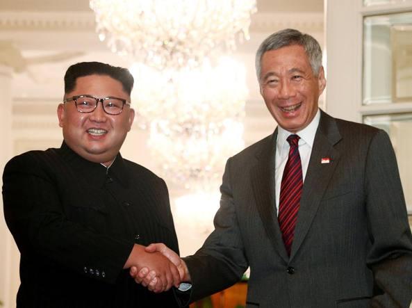 Storico incontro Trump-Kim: stretta di mano e firma documento per denuclearizzazione