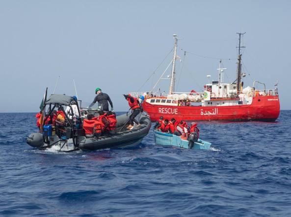 Migranti, altre 800 persone soccorse al largo della Libia