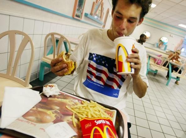 McDonald's si piega e bandisce le cannucce di plastica: solo di carta