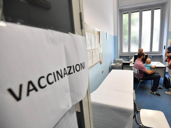 Vaccini, è ufficiale: basterà l'autocertificazione per entrare a scuola. Lorenzin: 'Chi controlla?'