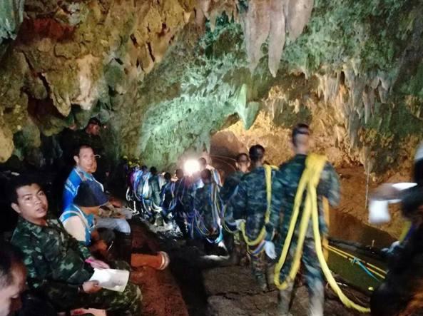 Ragazzi intrappolati in una grotta in Thailandia: recuperato il corpo del soccorritore