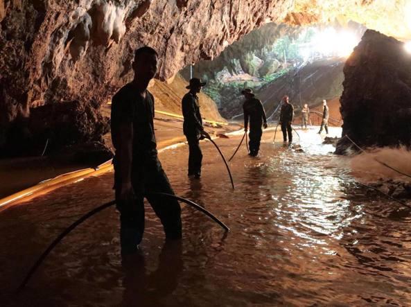 Ragazzi bloccati nella grotta, il tempo stringe: 3-4 giorni per salvarli