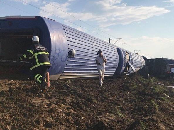 Treno deraglia in serata: è una strage