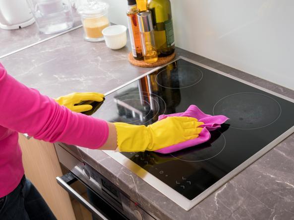 Pulisce la cucina con ammoniaca e candeggina: donna muore intossicata