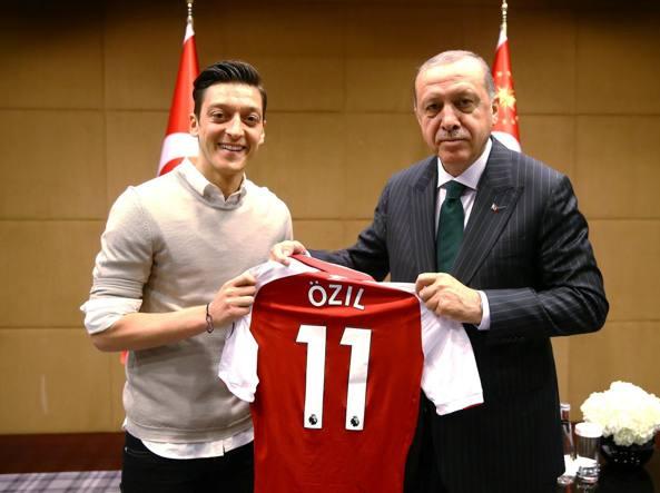 Ozil, addio alla Germania con polemica: