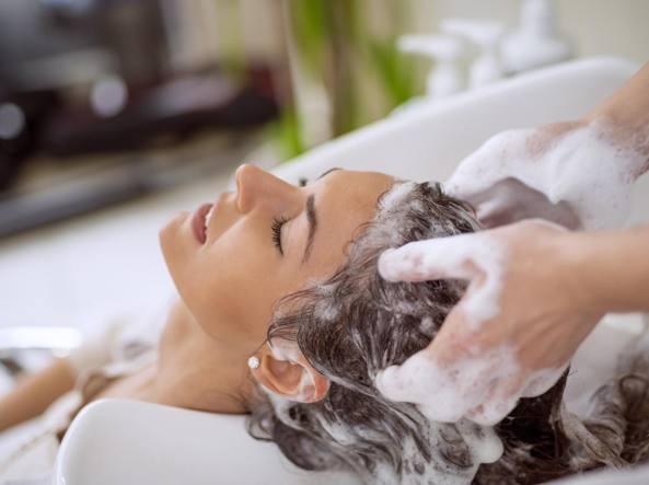 Gb: ictus dopo 5 ore di shampoo, donna fa causa a coiffeur