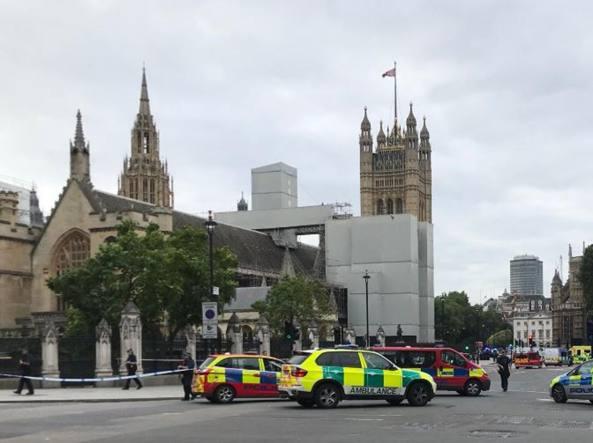Londra, auto si schianta contro le barriere del Parlamento: arrestato il conducente