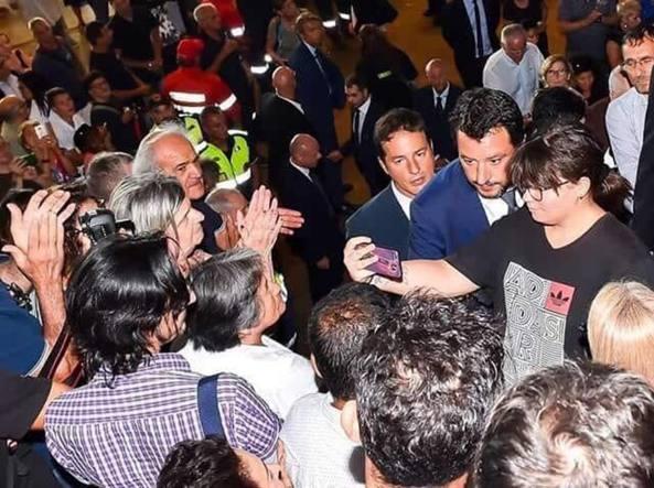 Il selfie di Matteo Salvini ai funerali di Stato
