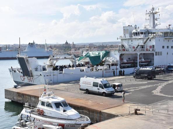 Diciotti, sbarcati 16 migranti: due hanno la tubercolosi