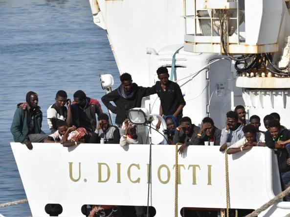 Nave Diciotti, sbarcati i 27 minorenni. Salvini: