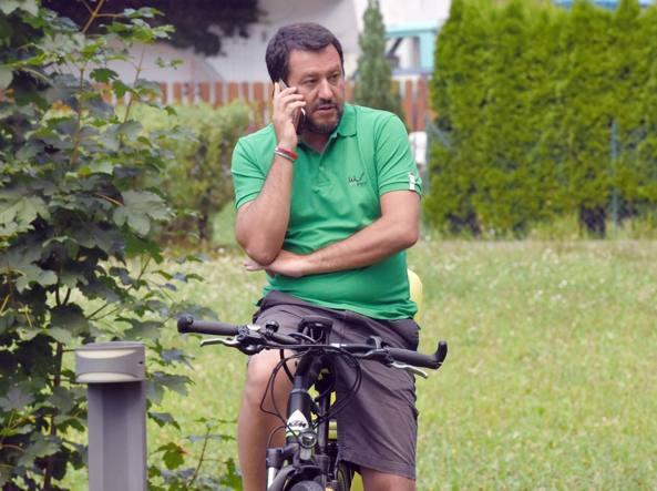 Fico-Salvini: è sfida sui migranti della Diciotti, intanto scendono i minori
